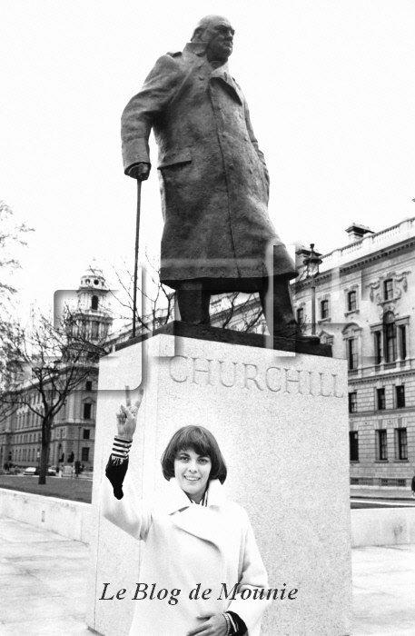 Devant la statue de Churchill