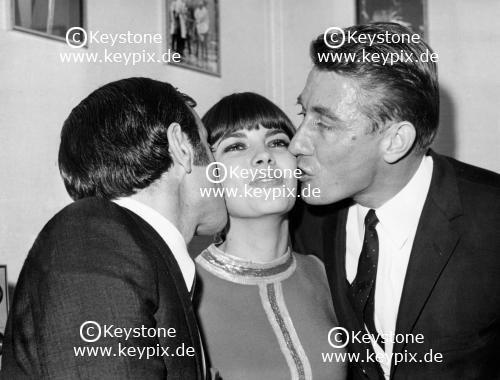 Charles Aznavour et Jacques Anquetil dans la loge de Mireille à l'Olympia en 1967