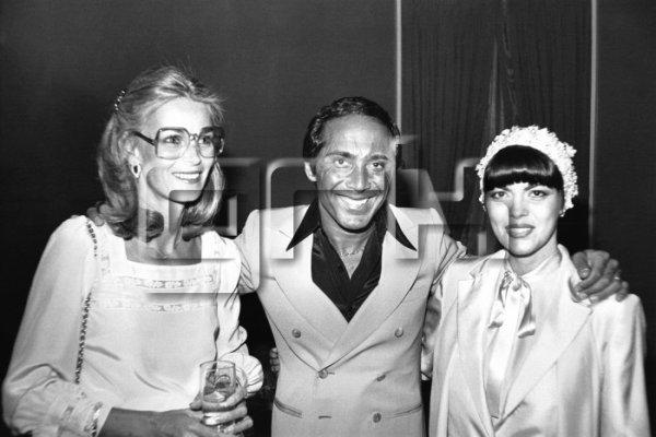 Mireille Mathieu en compagnie de Paul Anka et sa femme