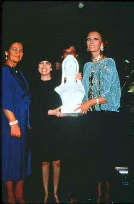Simone Weil, Mireille Mathieu et Sophia Loren tenant le buste de Marianne
