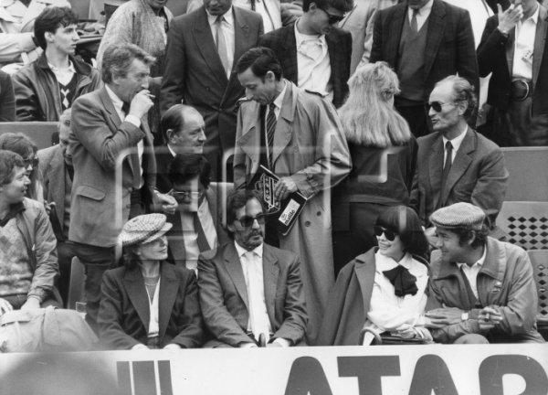 Au premier rang Marlène Jobert, Mireille Mathieu et Pierre Perret dans les tribunes du stade Roland-Garros à Paris le 8 juin 1984