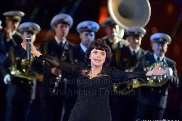 Mireille a chanté sous la pluie et le vent sur La Place Rouge à Moscou