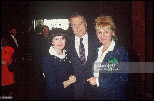 """Mireille Mathieu, Jackie Clerico propriétaire du """"Moulin Rouge"""" et Annie Cordy en 1988"""