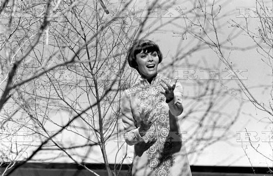 """Mireille Mathieu dans le """"show de  Burt Bacharach"""" en 1970"""