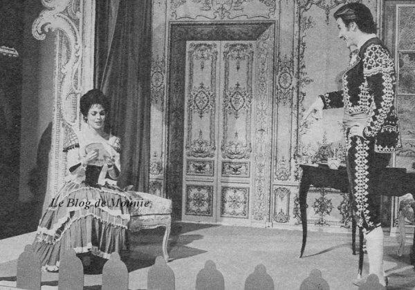 """Mireille et Jean Piat dans une scène du """"Barbier de Séville""""."""