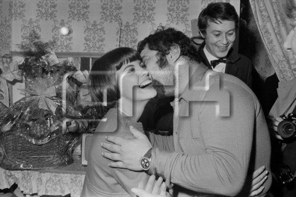 Carlos félicite Mireille Mathieu dans sa loge à l'Olympia