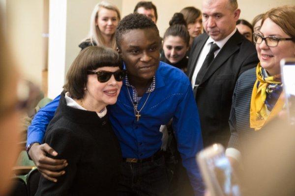 Mireille Mathieu et les étudiants de l'Institut Pouckine à Moscou