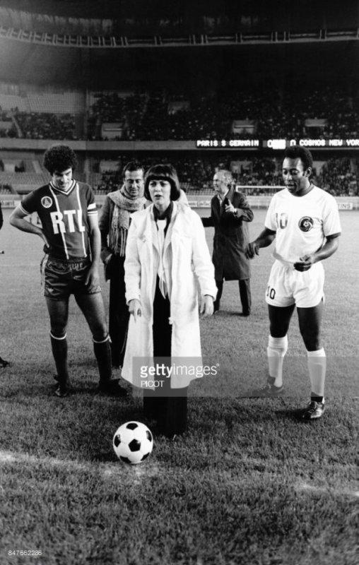 """Pelé et le """"New York Cosmos"""" contre le """"Paris Saint-Germain"""" au Parc des Princes le coup d'envoi du match est donné par Mireille Mathieu le 14 septembre 1976 a Paris"""