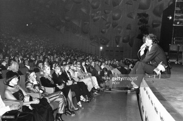 Mireille Mathieu au premier rang à gauche assiste à un concert de Julien Clerc