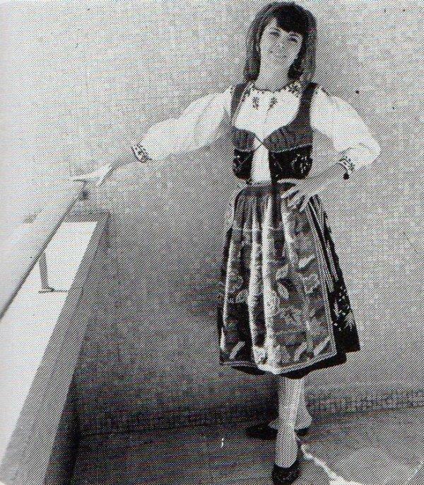 Mireille posant dans un costume folklorique à Lisbonne (Portugal)