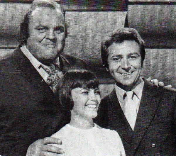 Mireille Mathieu en compagnie de  Dan Blocker  (Hoos dans la fameuse série  Bonanza) et Des O'Connor dans un show en Angleterre