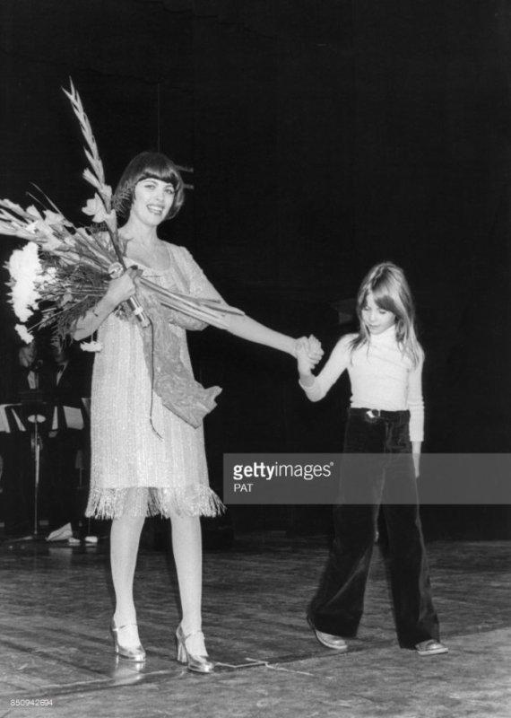 Mireille Mathieu reçoit des fleurs à l'issue d'un concert en janvier 1977 au Canada