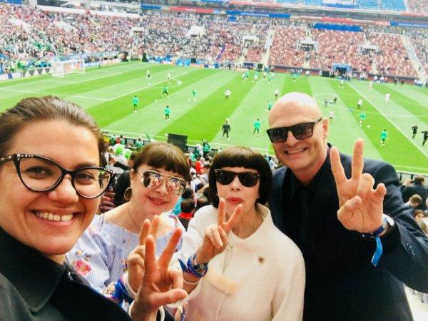 A Moscou en Russie, Mireille Mathieu dans les gradins avec sa seur Matite et Hervé-Marc pour assister au match de la Coupe du Monde 2018