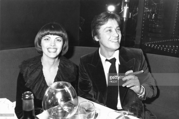 Mireille Mathieu avec Alain Delon a l'Elysée-Matignon en janvier 1978 à Paris