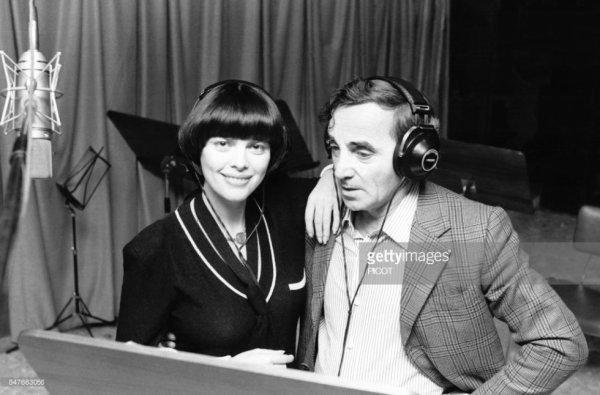 Mireille et Charles Aznavour en studio d'enregistrement