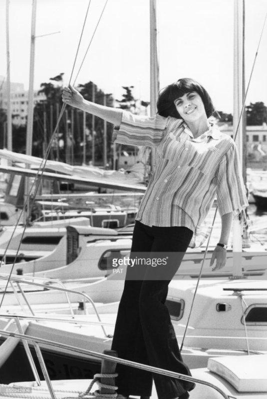 Mireille Mathieu sur un bateau de plaisance dans le port de Sion-sur-l'Océan