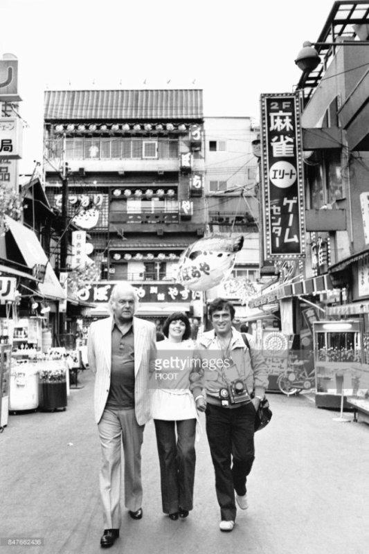 Mireille Mathieu durant sa tournée japonaise avec  Johnny Stark et le photographe Patrice Picot en juin 1978