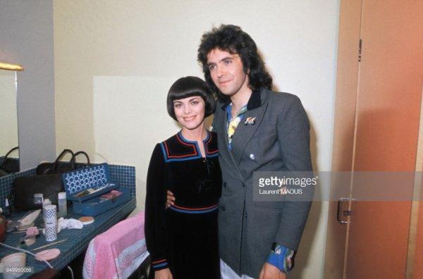 Mireille Mathieu et le chanteur anglais David Essex dans sa loge en 1976 à Paris