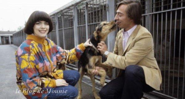 Mireille Mathieu et Alain Bougrain Dubourg dans un chenil