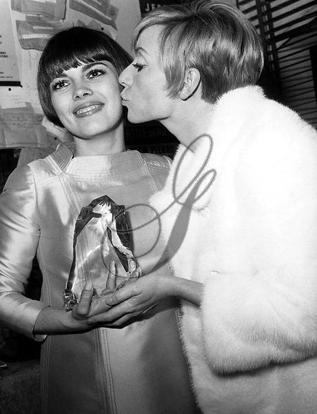 """Annie Cordy félicite Mireille Mathieu à la 22ème  """"Nuit du Cinema""""à Paris en novembre 1967"""