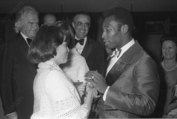Mireille Mathieu lors d'une tournée au Brésil en novembre 1972  rencontre la star du foot brésilien Pelé