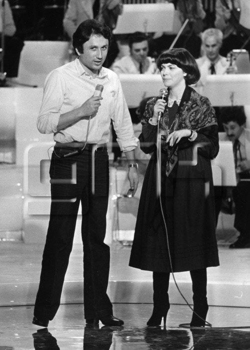 """Michel Drucker et Mireille Mathieu pendant l'enregistrement de l'émission télévisée 'Stars"""" en décembre 1979"""