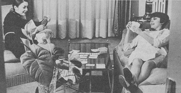 Mireille et sa soeur Matite jouant aux cartes
