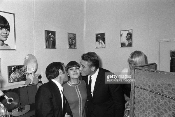 Charles Aznavour et Jacques Anquetil félicitent Mireille Mathieu dans sa loge à L'Olympia