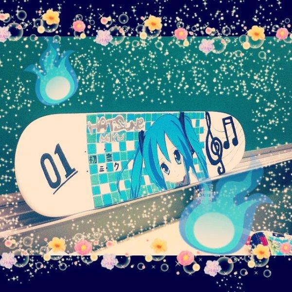 Mon Skate de Miku que j'ai faite en Art à l'école
