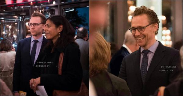 26.10.2017 : Tom Hiddleston s'est rendu au Théâtre Bridge qui se situe à Londres, il était très souriant