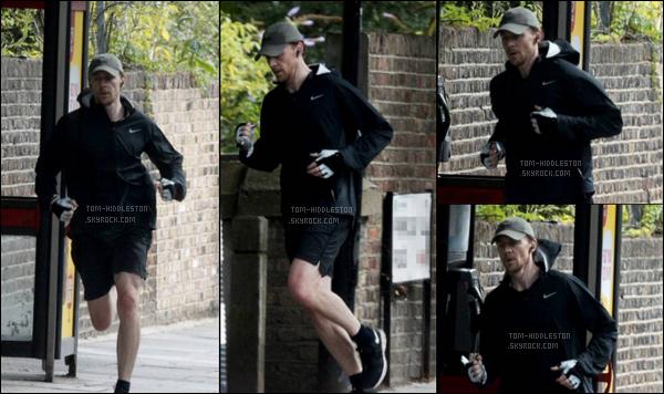 20.08.2017  : Tom Hiddleston très sportif a été vu faisant son jogging dans un quartier situé à Londres