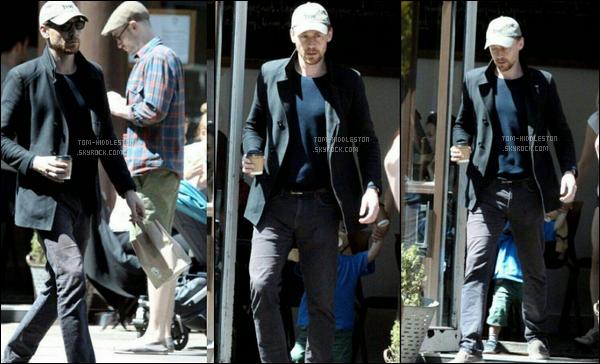 11.06.2017 : Tom Hiddleston vêtu d'une casquette a été vu prenant un café dans une rue à Londres