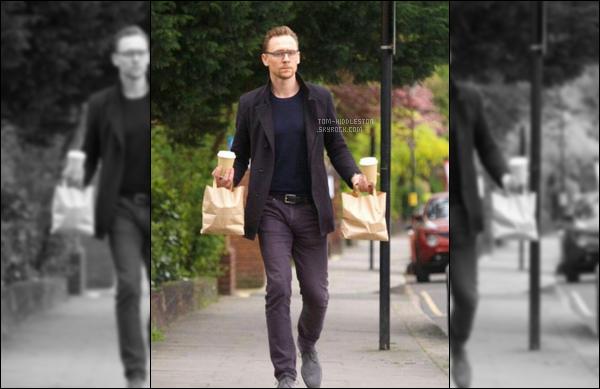 14.04.2017 : Tom Hiddleston avec deux cafés à la main a été vu se promenant dans les rues de Londres