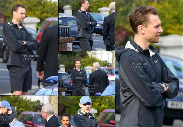 23.04.2017 : Tom Hiddleston a été vu en pleine conversation avec une personne dans les rues de Londres