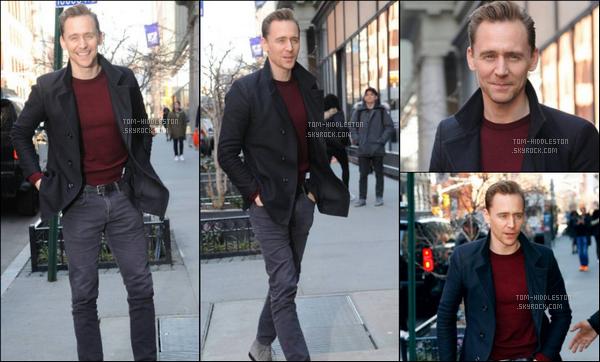 """06.03.2017 : Tom Hiddleston a été vu sortant des """"AOL Build Studio"""" qui se trouve à New York"""