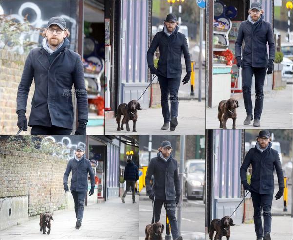 09.03.2018 : Tom Hiddleston  a été vu se promenant dans les rues de Londres avec son petit chien Bobby