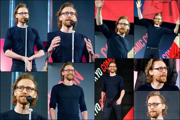 30.11.2018 : Tom Hiddleston tout souriant s'est rendu à la convention « Comic-Con »  à  Tokyo au Japon