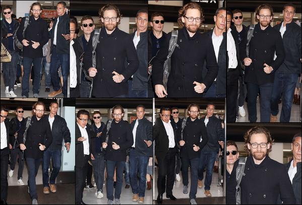 29.11.2018 : Tom Hiddleston toujours souriant est arrivé à l'aéroport international de Narita au Japon