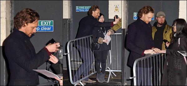 """18/03/2019 :  Tom Hiddleston a posé avec des fans au """"Harold Pinter Théâtre"""" situé dans la ville de Londres"""