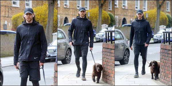 22/03/2019 :  Tom Hiddleston a été aperçu promenant son chien Bobby dans les rues de Londres