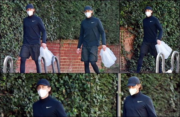 ● 29/03/2021 : Tom Hiddleston a été photographié se promenant dans la ville de Londres situé en Angleterre Tom portait ce jour là une tenue plutôt sportive. Il avait un sorte de sac plastique à la main. Pourquoi ? on ne sait pas