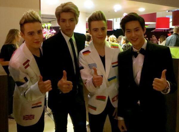 """Photo 11/11/13 : Kris, Suho et les jumeaux Jedward @ MTV EMA : """"EXO rock ! Criez à tous les fans que nous avons dit à Kris et Suho à quel point vous étiez formidables !"""""""