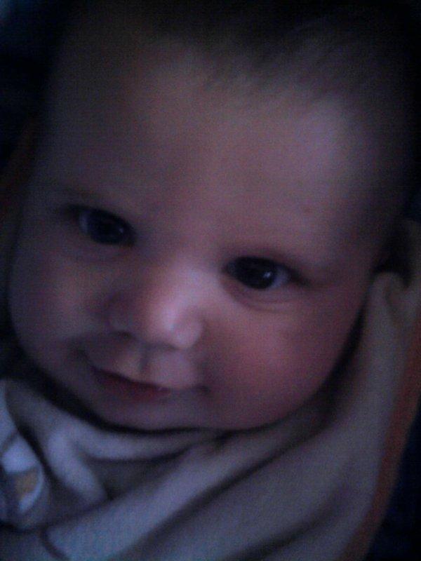 voici mon tit neveu de 6 mois je l'aime  trop il est trop mignon !!!!!!!!!!!!!!!! <3 (l)