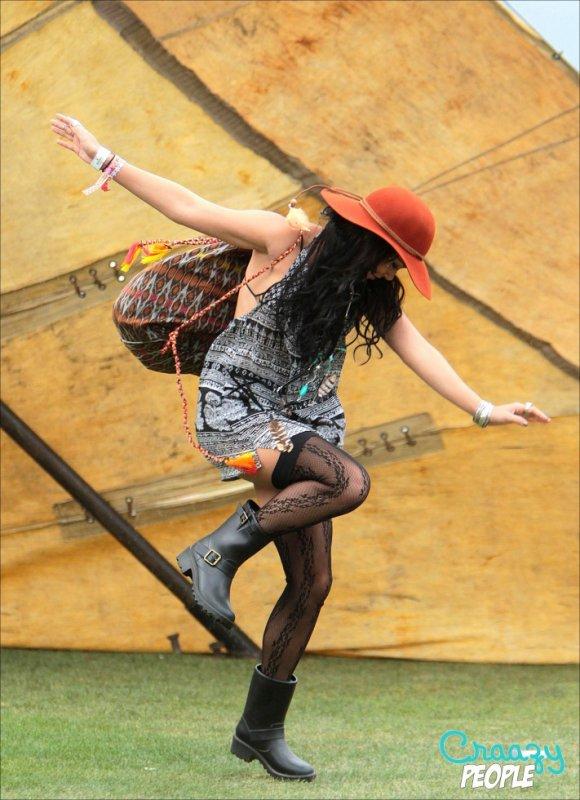 """1 """"  Danse de la pluie by Vanessa !    """"  1 Vanessa Hudgens - Festival Coachella  1  1   Remake d'Asterix et les Indiens ?"""