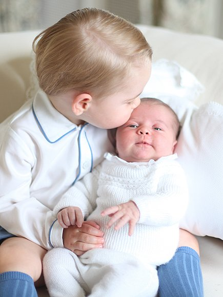 Prince George de Cambridge, 1 an et demi et sa petite s½ur, Charlotte de Cambridge, 1 mois !