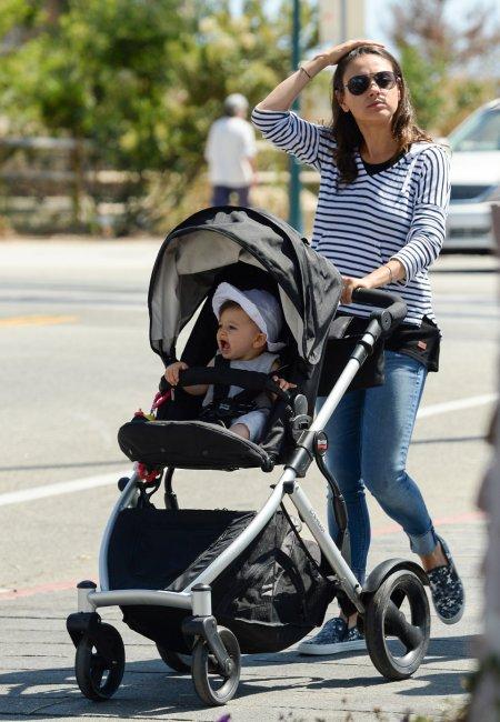 Mila Kunis, Ashton Kutcher et leur fille Wyatt !