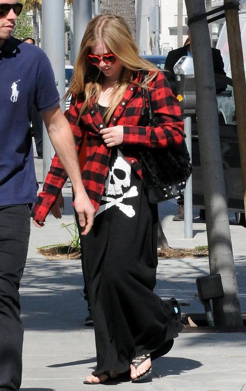 Avril out and about - Avril 5, 2012