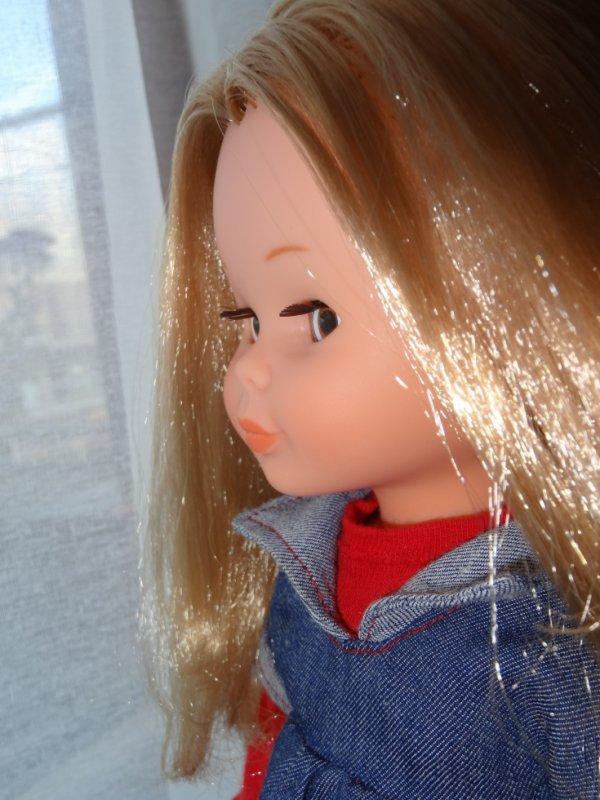 Nancy découvre la vue depuis la fenêtre du salon...