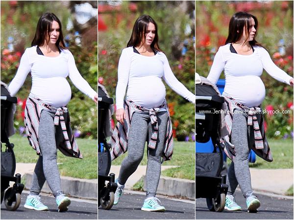 * 22.04.2015 : Jennifer se promenant avec une amie dans les rues de Los Angeles.  *