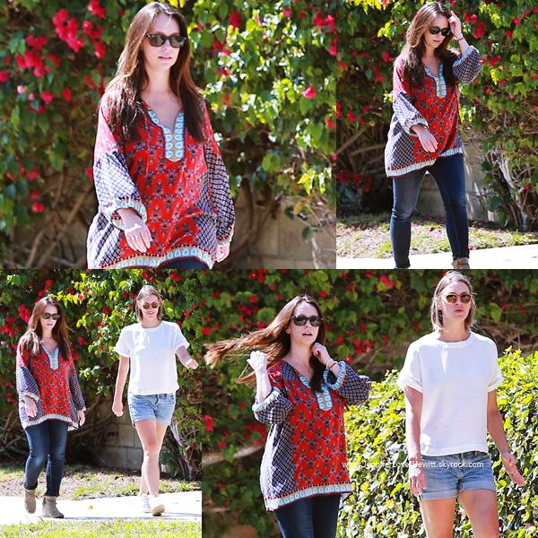 * 01.08.2015 : Jennifer se promenant avec une amie dans les rues de Los Angeles.  *